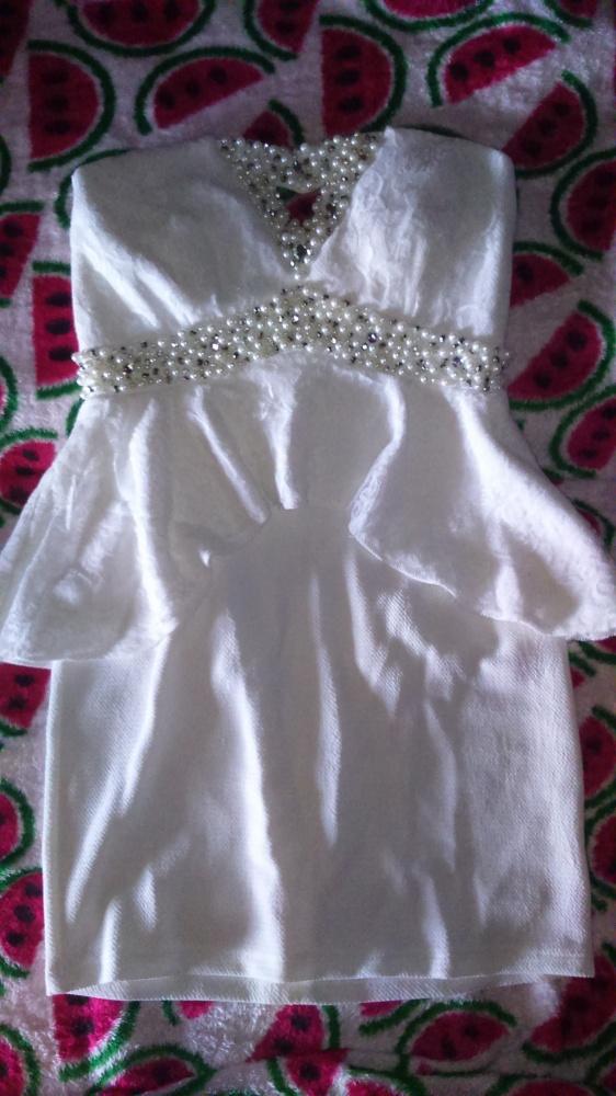 Cudna zdobiona sukienka z baskinką plus koronka