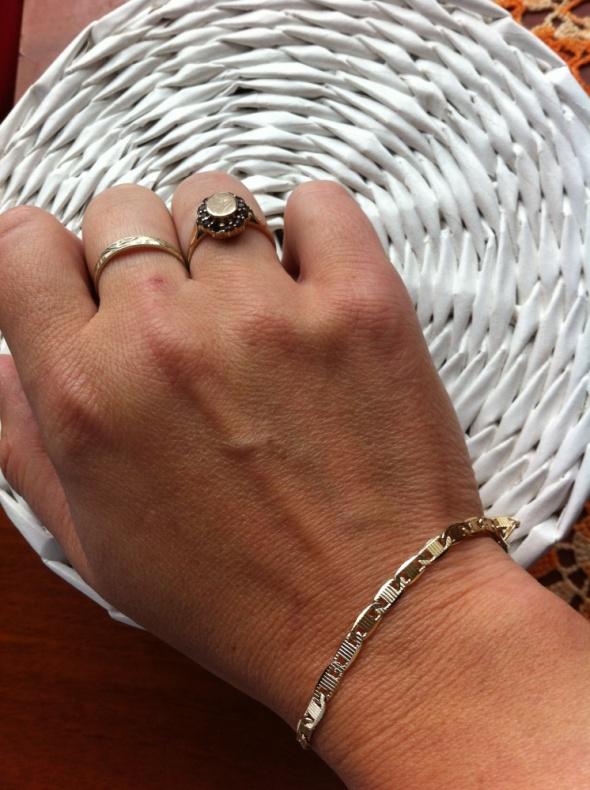 Złoty pierścionek z naturalnymi granatami