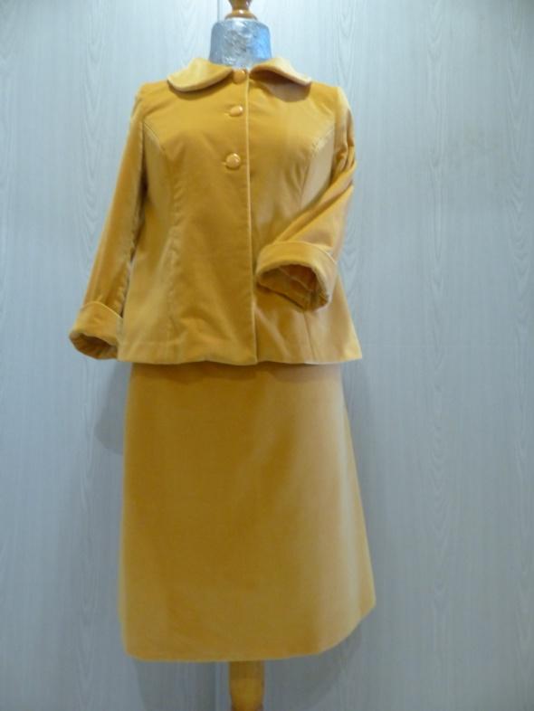 Aksamitny żółty kostium...