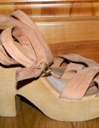 drewniane sandały na słupku ZARA...