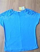Świetna niebieska bluza z koronką