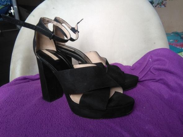Sandały Czarne sandały na obcasie Stradivarius 40