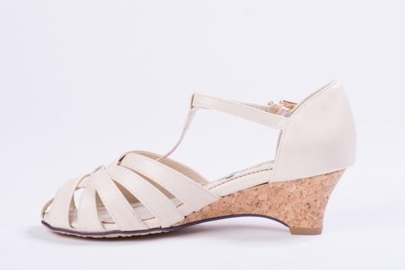 Beżowe sandały na obcasiku rozmiar 35