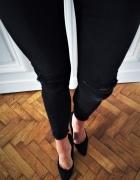 Czarne spodnie rurki z przetarciami
