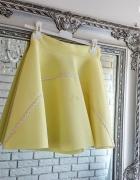 Rozkloszowana żółta spódniczka