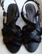 Czarne sandały z paskami