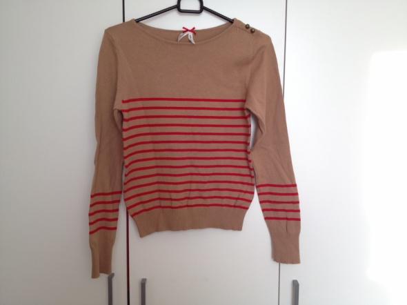 Karmelowy sweterek z czerwonymi paseczkami...