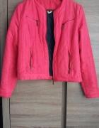 Pikowana różowa kurtka...