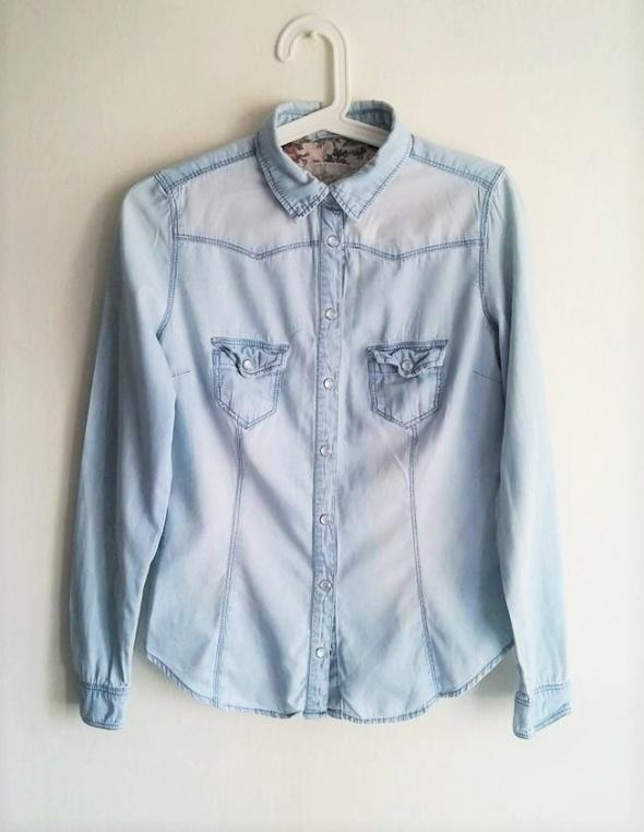 Koszula jeans błękitna kieszonki z przodu