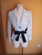 Elegancka biała koszula z czarnym paskiem 38...