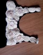 sukienka z różami na dekolcie zwiewna elegancka
