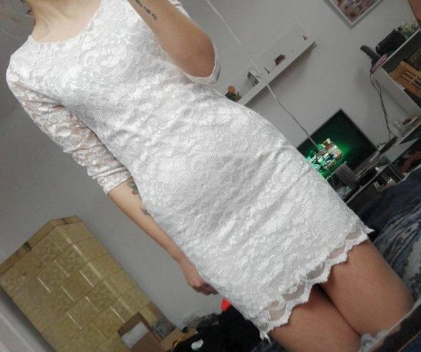 Sukienka koronkowa z wycieciem na plecach...