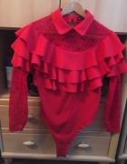 Czerwone body z koronkowymi rękawami