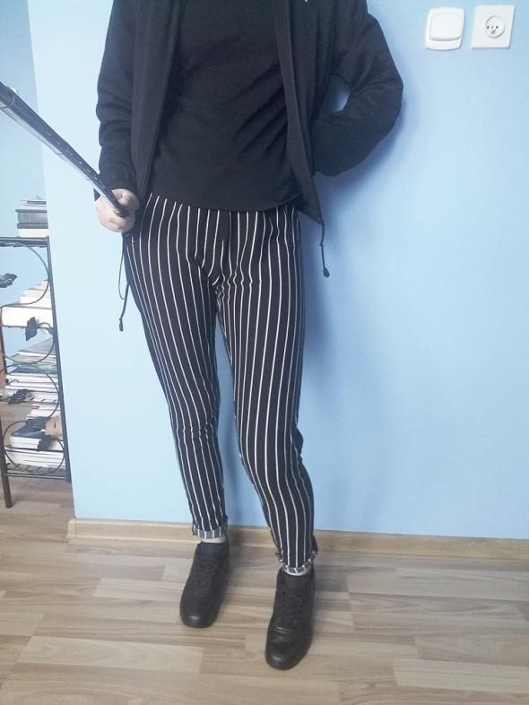 Spodnie w podłużne paski HM