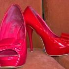 czerwone lakierkowe szpilki