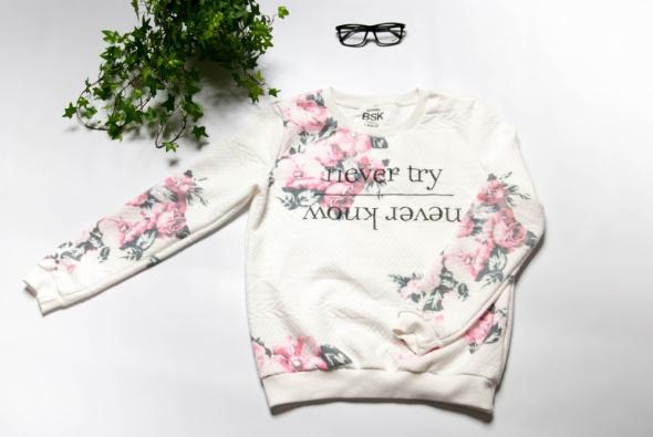 Bluza w róże Bershka...