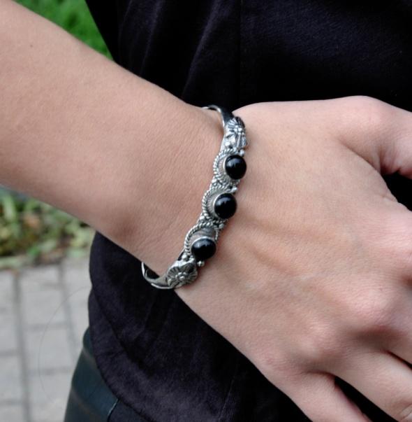 Bransoletki srebrna bransoletka czarnymi kamieniami