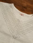 Biała bluzka bershka z ciekawą aplikacją S