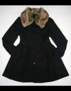 płaszcz z futerkiem rozkloszowany czarny h&m