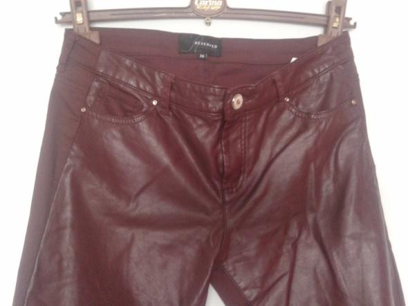 Spodnie Reserved bordowe z eko skórą z przodu 38...