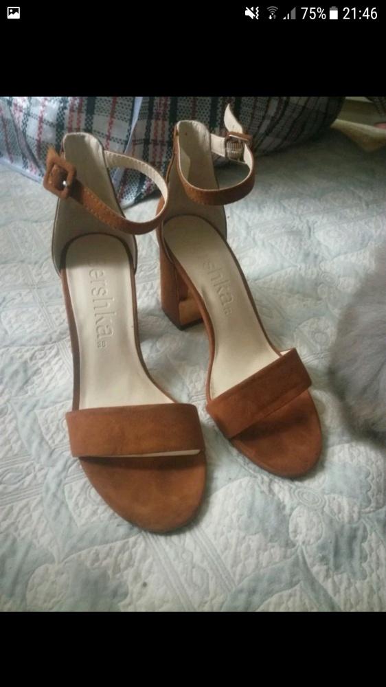 Brązowe sandały Bershka...