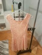 Łososiowa koronkowa sukienka