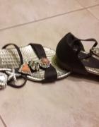 Efektowne ozdobne sandały