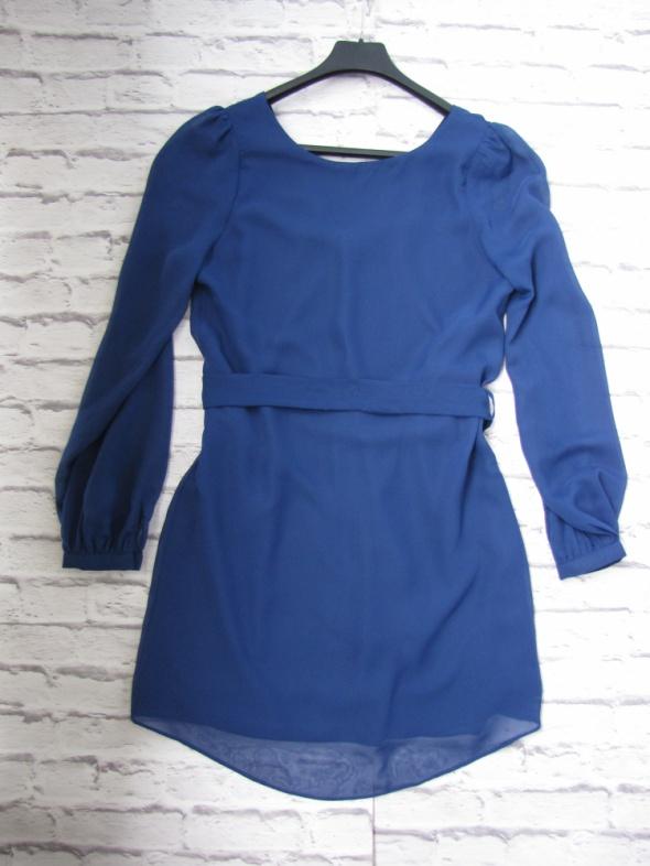 Niebieska sukienka wycięcie na placach...