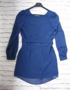 Niebieska sukienka wycięcie na placach
