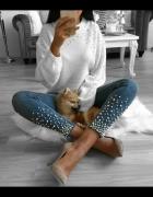 Biały sweterek z perelkami