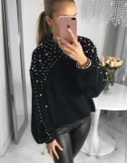 Czarny swetr z perłami najnowszy model