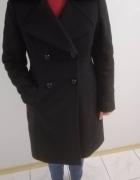 Elegancki czarny płaszcz ocieplany