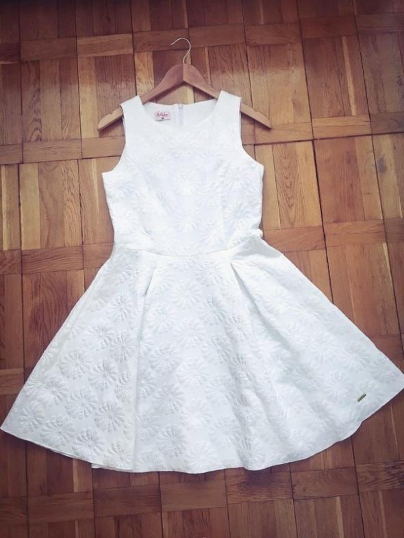 Biała rozkloszowana sukienka tłoczone kwiaty w Suknie i