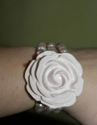 Słodka rózowa bransoletka z perelkami i róża