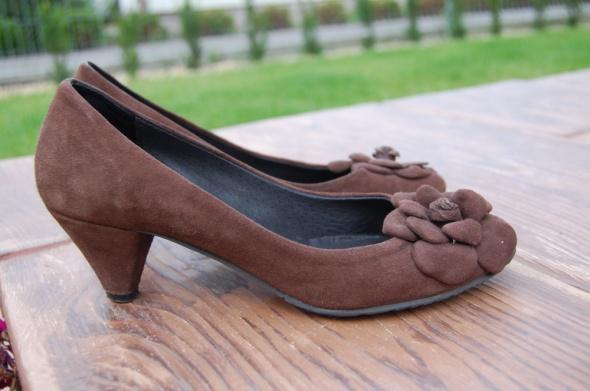 Pozostałe Zamszowe pantofle na obcasie