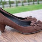 Zamszowe pantofle na obcasie