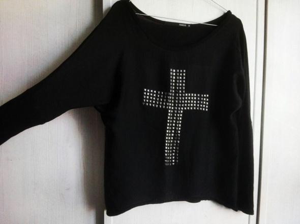 Czarna bluzka z krzyżem...