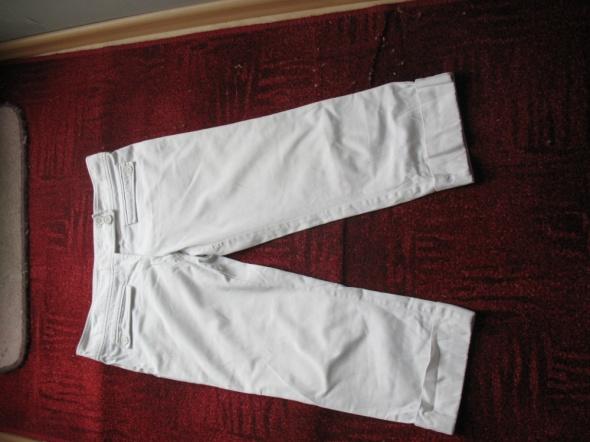 Białe spodnie z mankietem...