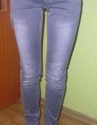 szare spodnie jeansy