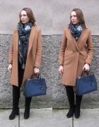 Camelowy płaszcz i szmaragdowa chusta