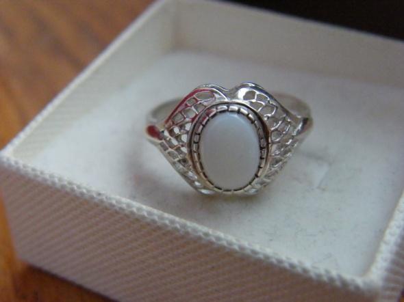 Pierścionek srebro kopułka z kamieniem