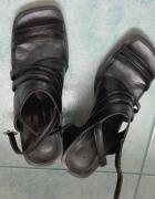czarne sandałki na koturnie