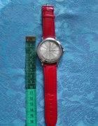 zegarek na czerwonym pasku...