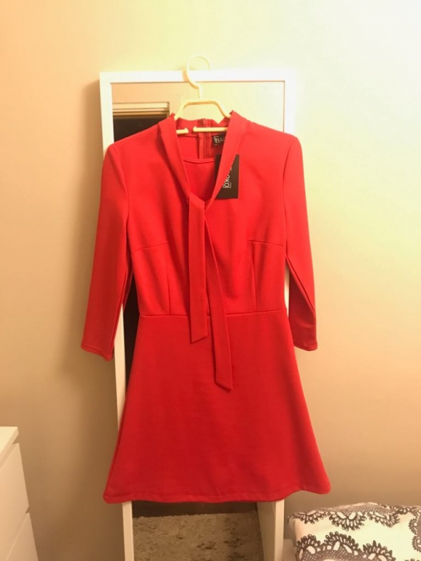 czerwona sukienka z kokardą wiązaną na szyi w Suknie i