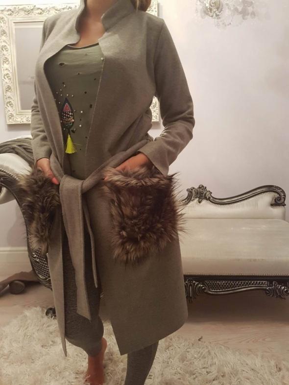 Odzież wierzchnia Płaszczyk z odpinanym futerkiem z kieszeni