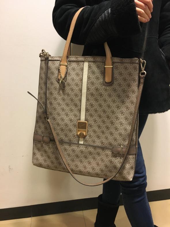 Piękna oraz funkcjonalna torebka Guess