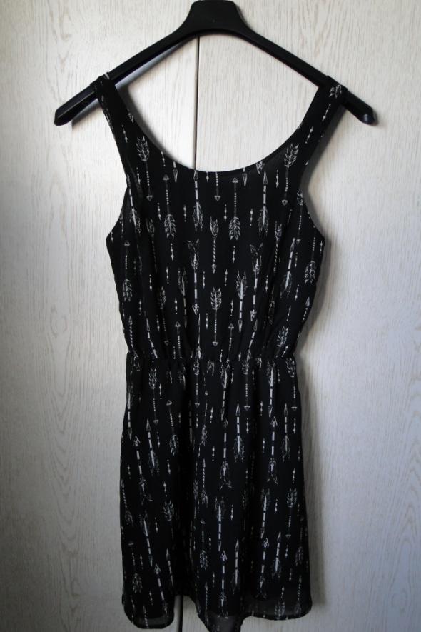 Sukienka strzały wycięty tył