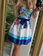 rozkloszowana sukienka w kolorowe kwiaty