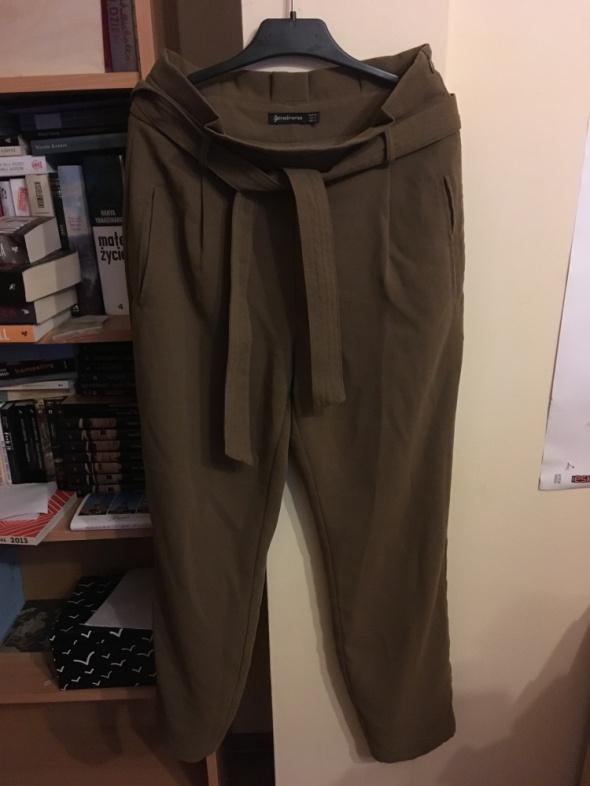 ceeb0f487e03 Eleganckie spodnie z wysokim stanem wiązane w pasie w Spodnie - Szafa.pl