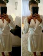 Biała sukienka z guziczkami...